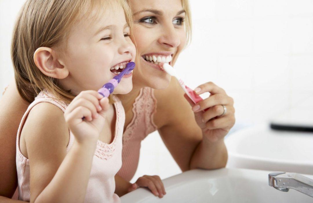 7 maneras de mantener sanos los dientes de su familia cuando no hay dentista
